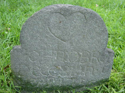 Fig. 3 Example of a non-artisanal marker from al colonial Britisch settlement featuring a heart carved on the tympanum, John Obren, 1755, Mount Vernon, New York.