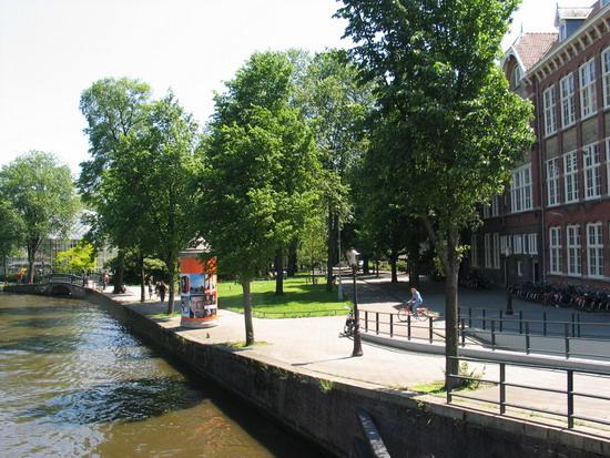 Blik op de plek waar ooit het St. Antonieskerkhof lag vanaf de brug over de Nieuwe Herengracht.
