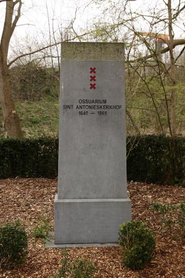 Het monument dat de plek herdenkt van vele gestorvenen die ooit op het St. Antonieskerkhof waren begraven.
