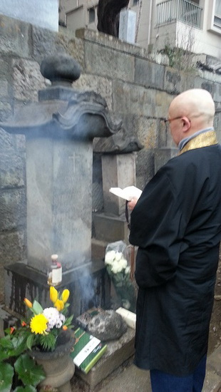 A buddhist priest chanting prayers for Heusken at the 2016 commemoration
